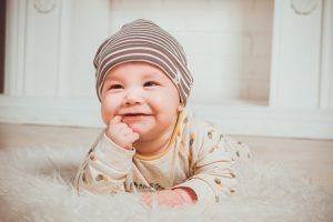 ウガンダの赤ちゃんは生後4週間で首がすわる?!
